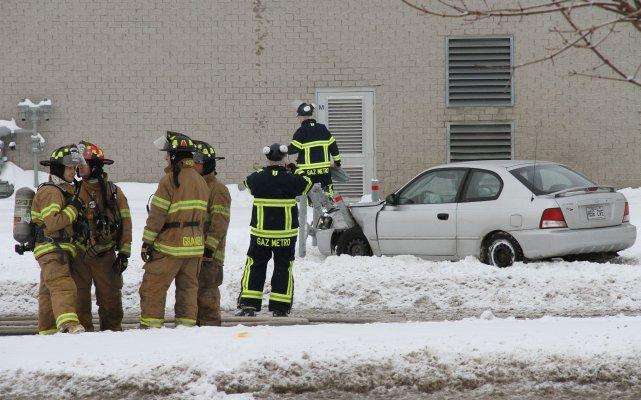 La jeune conductrice du véhicule a légèrement été... (photo Alain Dion)