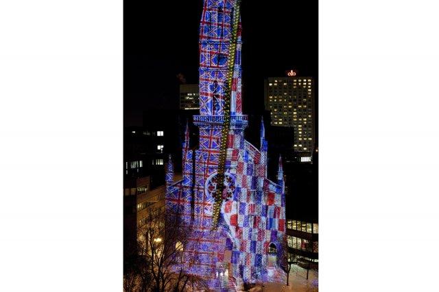 Les images se bataillent sur le clocher de l'UQAM à la tombée du jour jusqu'au... (Photo fournie par le Partenariat du Quartier des spectacles)