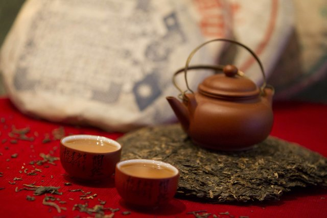 Une théière Yixing sur une galette du puerh... (Photo: Ivanoh Demers, La Presse)