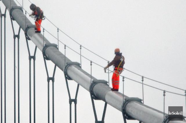 Les travaux de déglaçage exécutés mardi et mercredi sur le pont Pierre-Laporte... (Photothèque Le Soleil, Pascal Ratthé)