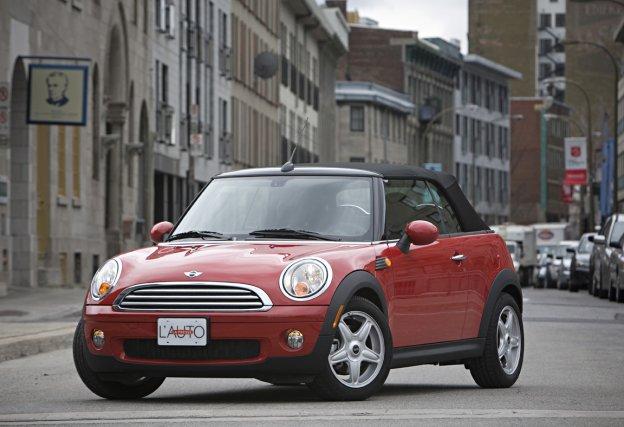 Une Mini Cooper décapotable.... (Photo d'archives Patrick Sanfaçon, La Presse)