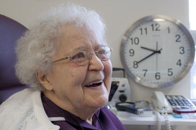 Madeleine St-Cyr, 97 ans, adore lire. Mais comme... (Photo: Olivier Pontbriand, collaboration spéciale)