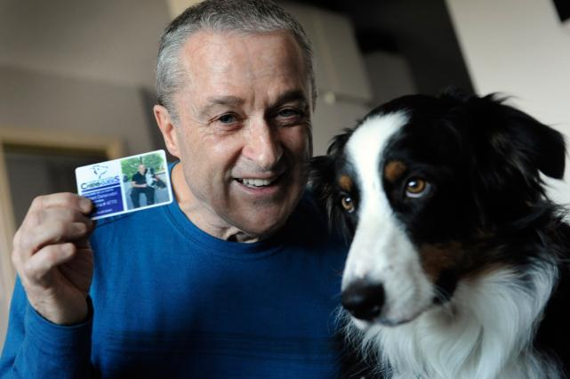 Robert Delarosbil et son chien-guide... (Photothèque Le Soleil, Patrice Laroche)