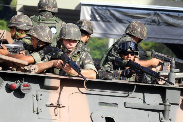 Armée Brésilienne  467618-lundi-matin-proches-grevistes-tente