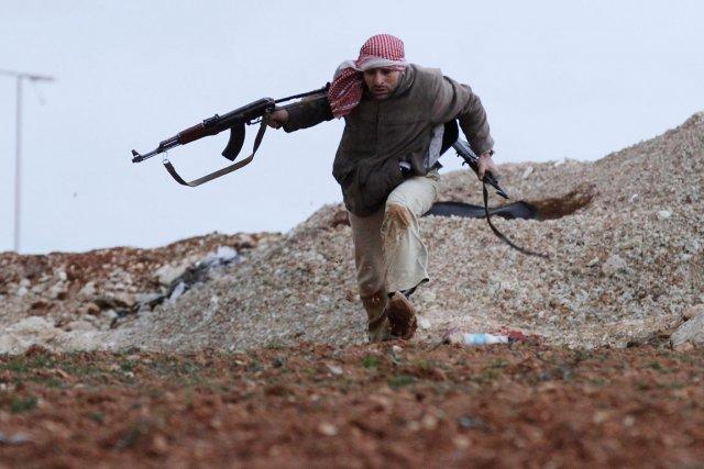 Scène de bataille rangée aux abords d'Idlib captée... (Photo: AP)