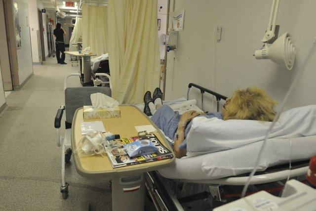 Une patiente attend sur une civière aux urgences... (Photo archives Le Soleil)