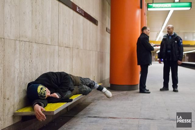 Un itinérant se repose dans la station de... (PHOTO ÉDOUARD PLANTE-FRÉCHETTE, ARCHIVES LA PRESSE)