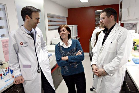 Micheline Richard avec les Dr Steeve Provencher et... (Le Soleil, Pascal Ratthé)