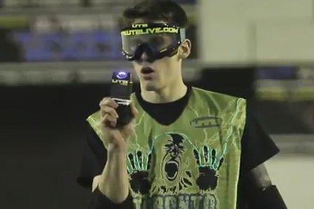 Au Taser Ball, les joueurs sont munis de... (Image tirée de YouTube)