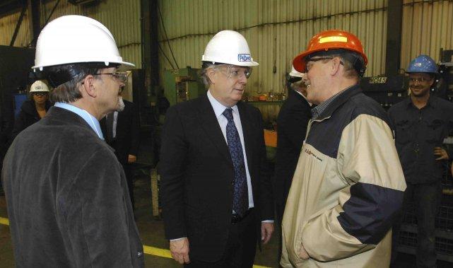 Lors de sa visite à l'usine de Soudure... (Photo Michel Tremblay)