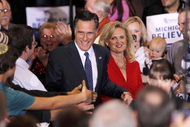 Accompagné de sa femme Ann, Mitt Romney salue... (Photo: Mark Blinch, Reuters)