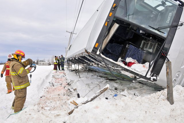 L'autocar qui s'est renversé sur la route 165... (Photo: PC)