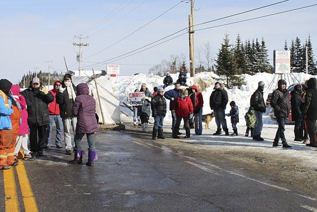 Une trentaine d'autochtones bloquait la route 138 aux... (Fanny Lévesque, collaboration spéciale)