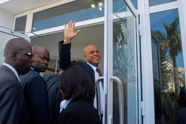 Le président Martelly, qui salue ici la foule... (Photo: Swoan Parker, Reuters)