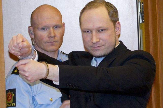 Le 22 juillet 2011, déguisé en policier, Behring... (Photo: Daniel Sannum Lauten, AFP)