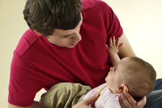 Les hommes devenus pères avant l'âge de 25 ans augmentent leur risque de mourir... (PHOTO FOURNIE PAR PHOTOS.COM)
