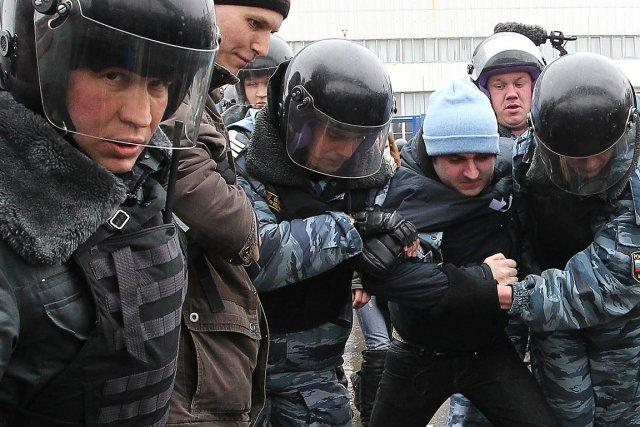 La police a interpellé au total une centaine... (Photo: AFP)