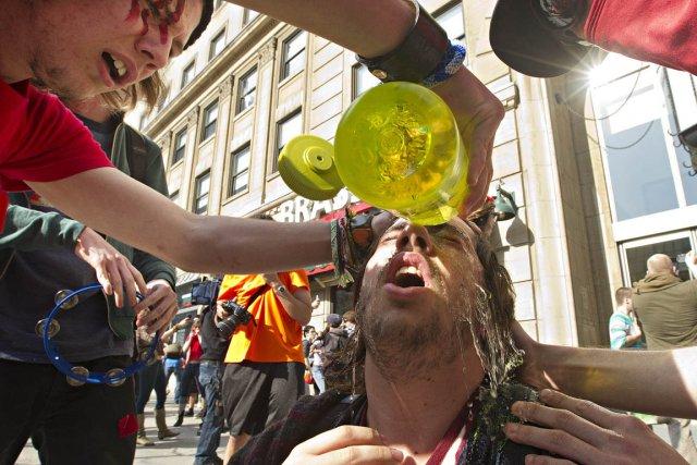 Les policiers ont dû utiliser du gaz irritant... (Photo : Patrick Sanfaçon, La Presse)