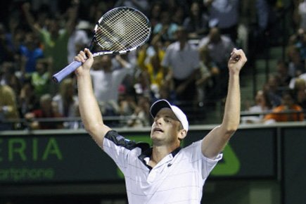 Andy Roddick a surpris Roger Federer pour la troisième fois seulement à leurs... (Photo: Reuters)