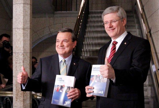 Le ministre Jim Flaherty et le premier ministre... (La Presse Canadienne)