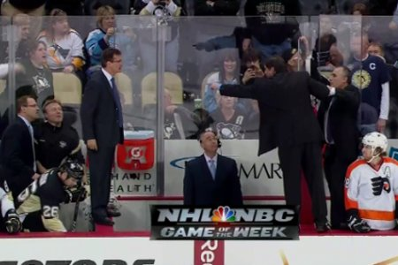 L'entraîneur-chef  des Flyers de Philadelphie, Peter Laviolette...