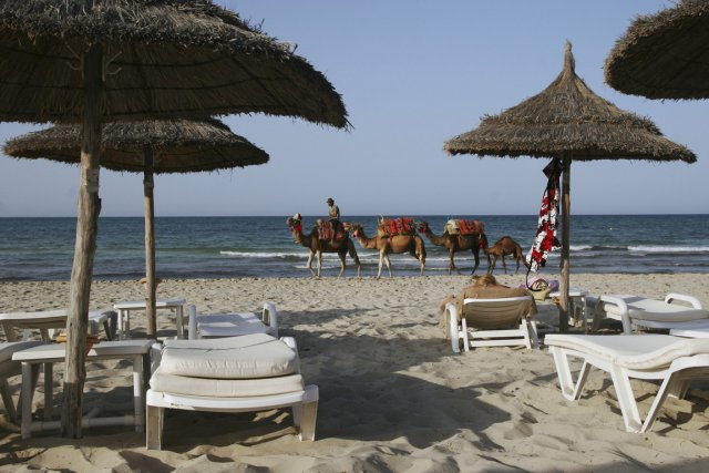 Des chameaux traversent une plage de Djerba, une... (Photo Paul Schemm, AP)