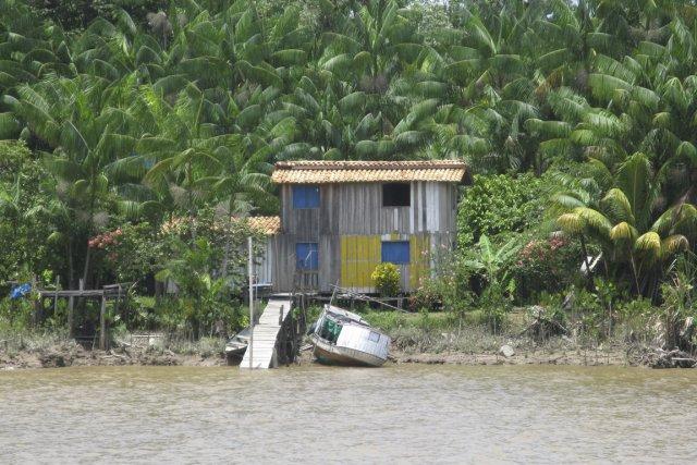 Des maisons modestes bordent la rivière Guam.... (Photo Andrée Lebel, La Presse)