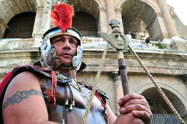 La présence parfois agressive de ces hommes musclés... (Photo Alberto Pizzoli, AFP)