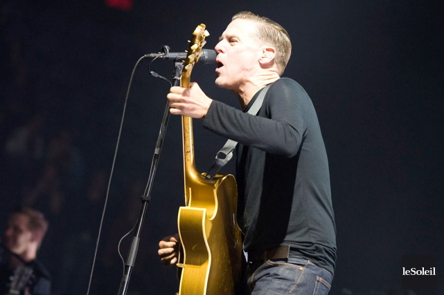 Bryan Adams lors de son spectacle à Québec... (Photo: Steve Deschênes, archives Le Soleil)