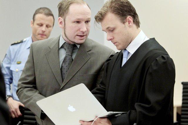 Anders Behring Breivik (au centre) discute avec l'un... (Photo: Hakon Mosvold Larsen, Reuters)
