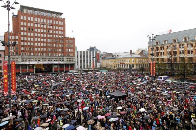 Mobilisée malgré la pluie sur une place proche... (Photo: Kyrre Lien, AFP)