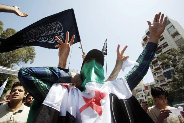 Un manifestant anti-Assad dans une rue de Beyrouth,... (Photo: Sharif Karim, Reuters)