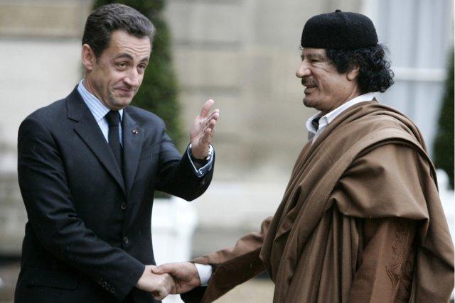 Nicolas Sarkozy et Mouammar Kadhafi, photographiés en décembre... (Photo Francois Mori, AP)