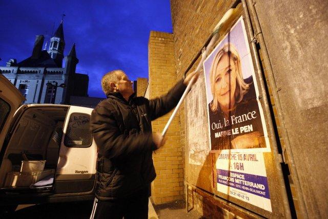 Un partisan du Front national est à l'oeuvre,... (Photo Pascal Rossignol. archives Reuters)