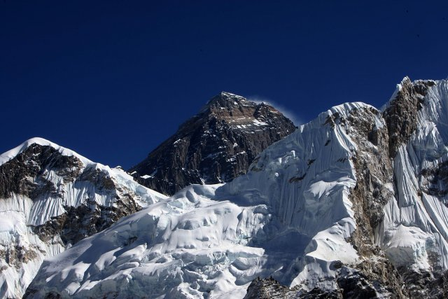 Le mont Everest au Népal, le plus haut... (Photo : archives AFP)