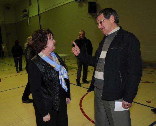 Paule Brunelle a félicité le nouveau maire de... (Photo: Sylvain Mayer)