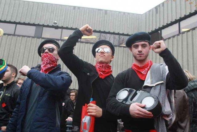 Des manifestants devant le Cégep de l'Outaouais, jeudi.... (Patrick Woodbury, LeDroit)
