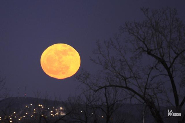 Des minéraux découverts dans les cratères de la Lune pourraient bien être les... (Photo Bernard Brault, La Presse)