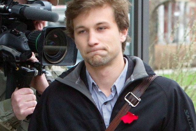 Les membres de Force étudiante critique posent des... (La Presse Canadienne)