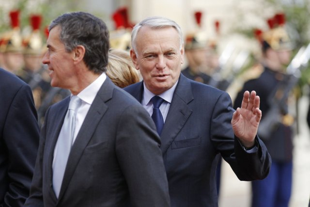 Jean-Marc Ayrault (au centre), que l'on voit ici... (Photo: Benoit Tessier, Reuters)