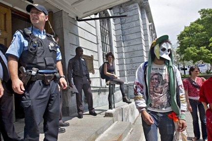 Quelques manifestants masquésse trouvaient à l'extérieur de l'hôtel... (Photo: Patrick Sanfaçon, La Presse)