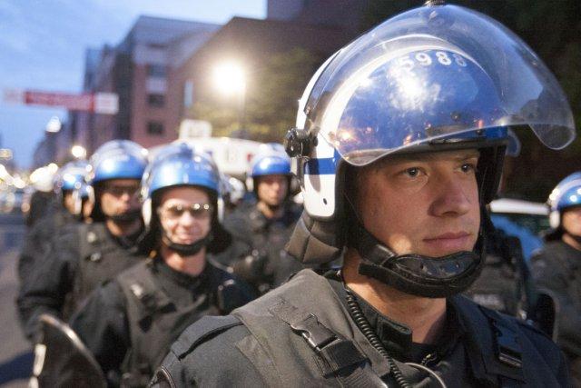 Policiers lors de la manifestation nocturne d'hier à... (Photo Olivier PontBriand, La Presse)