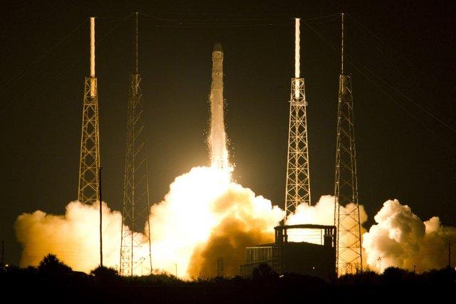 Dragon, fixé à l'extrémité de la fusée Falcon... (Photo AFP)