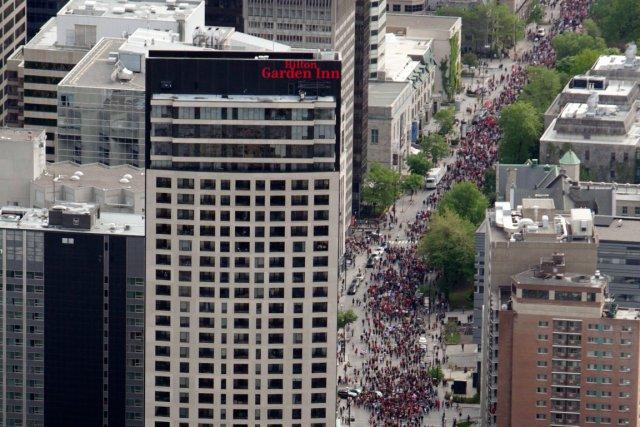 En ce 100e jour de grève étudiante, des dizaines de milliers de   personnes ont... (Photo Marco Campanozzi, La Presse)