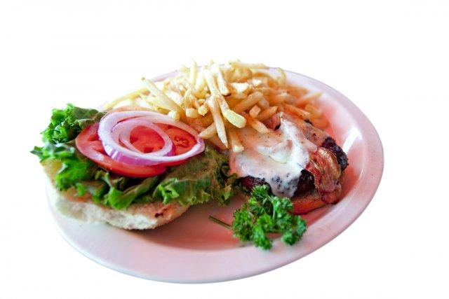Parmi les plats principaux, le Hamburger Bâton rouge... (Photo La Presse)