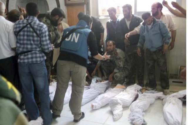 Des observateurs de l'ONU à la morgue de... (Photo: Shaam News, AFP)