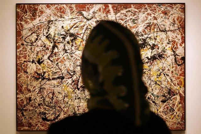 Une femme admire le tableau Mural on Indian... (Photo: AFP)
