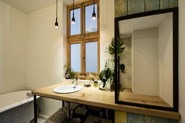Bois à la peinture écaillée, moulure ancienne marquée par le temps,  fenêtres... (Photo fournie par Jolianne L'Allier-Matteau et Alexandre Chabot)