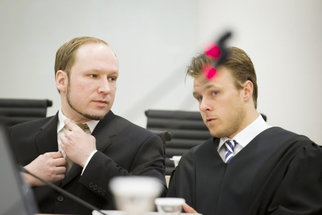 Anders Behring Breivik (à gauche) et son avocat... (Photo: Heiko Junge, Reuters)