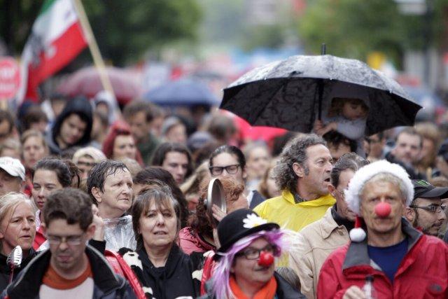 Armés de casseroles, des centaines de manifestants ont... (Photo: Marco Campanozzi, La Presse)